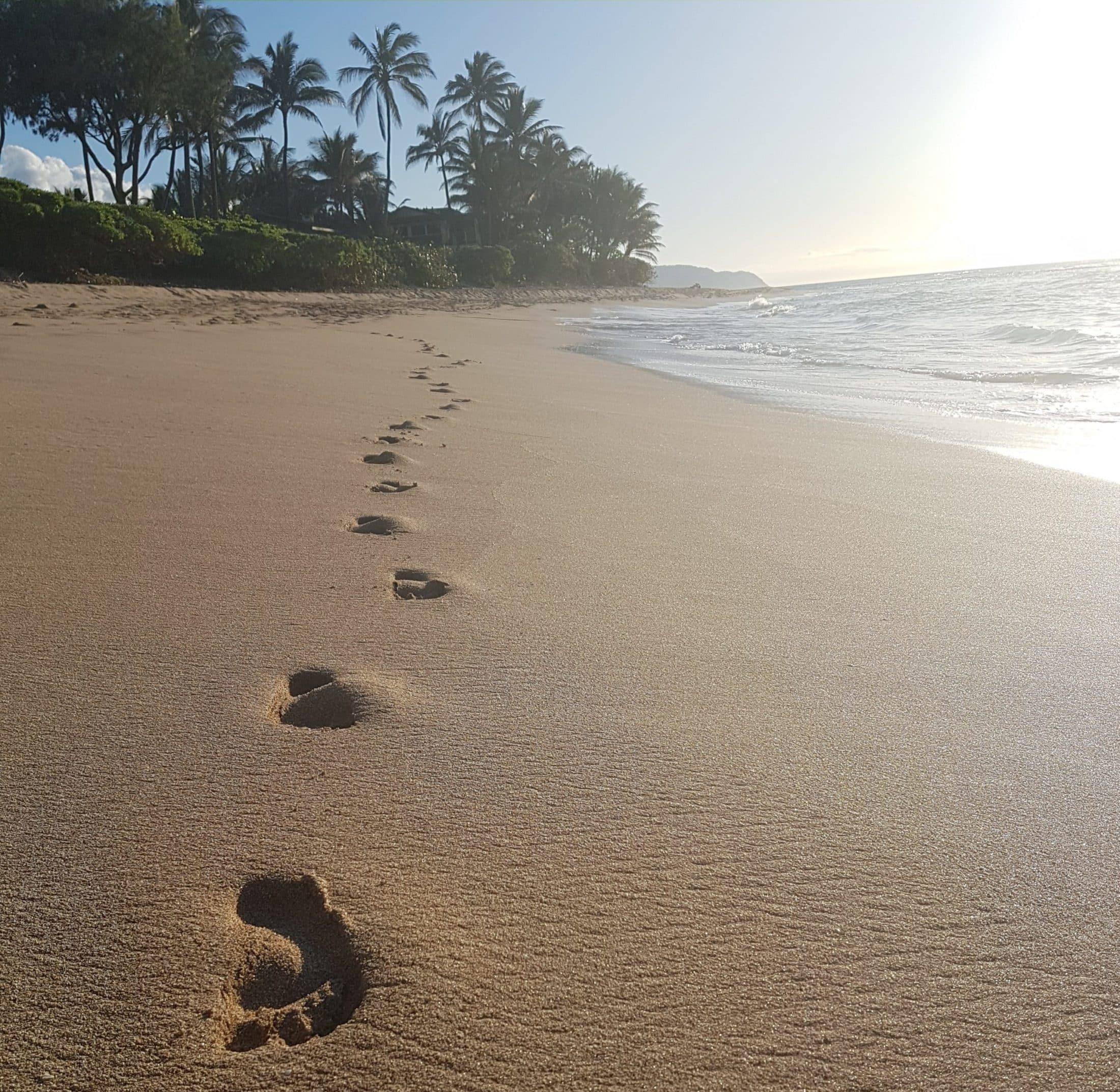 Fußspuren am Sand